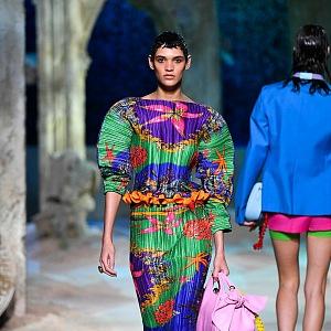 Žena v barevných šatech Versace SS2021