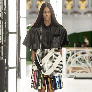 Žena v barevných šortkách a koženém topu LV SS2021