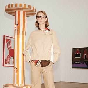 Žena v béžovém modelu Victoria Beckham