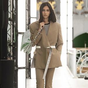 Žena v béžovém obleku Louis Vuitton SS2021