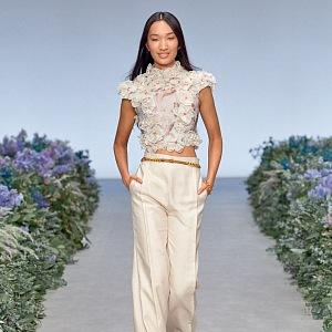 Žena v bílé halence a béžových kalhotách Zimmermann