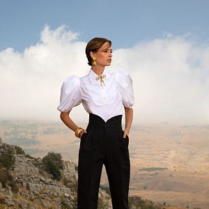 Žena v bílé košili a černých kalhotách Elie Saab SS2021