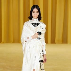 Žena v bílém kabátu Prada SS2021