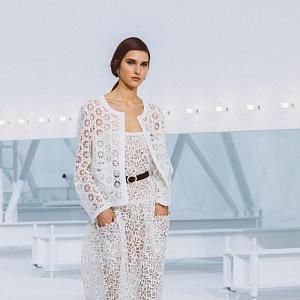 Žena v bílém modelu Chanel SS2021