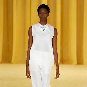 Žena v bílém modelu Prada SS2021