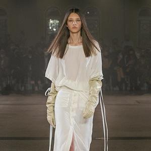Žena v bílém outfitu od Zoltána Tótha
