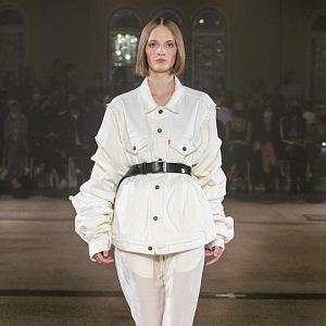 Žena v bílém outfitu s černým páskem kolem pasu od Zoltána Tótha