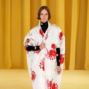 Žena v bílo-červeném kabátu Prada SS2021