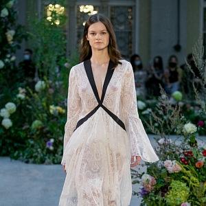 Žena v bílých průsvitných šatech od Jiřího Kalfaře