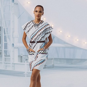 Žena v bílých šatech Chanel SS2021