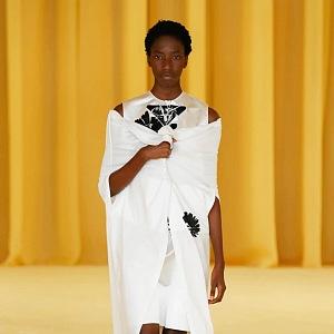 Žena v bílých šatech Prada SS2021