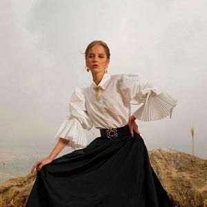 Žena v černé sukni a bílé košili Elie Saab SS2021