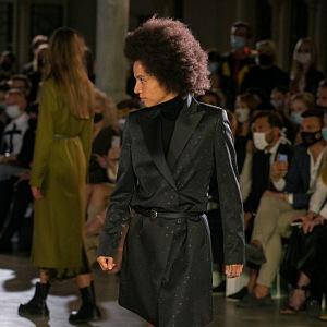 Žena v černém kabátu Pietro Filipi