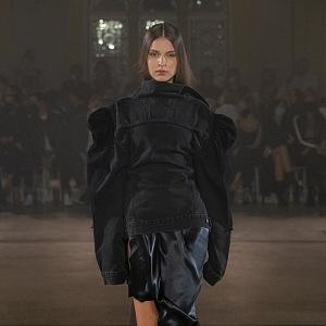 Žena v černém kombinovaném outfitu od Zoltána Tótha