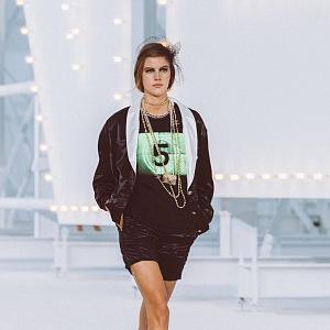 Žena v černém kostýmku Chanel SS2021