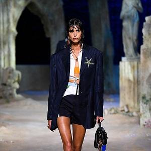 Žena v černém kostýmku Versace SS2021
