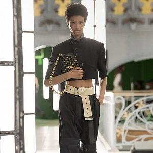 Žena v černém modelu Louis Vuitton SS2021