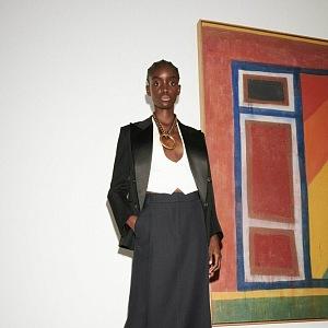 Žena v černém obleku Victoria Beckham