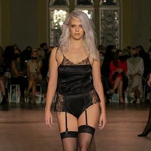 Žena v černém spodním prádle návrhářky Terezy Vu
