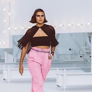 Žena v černém topu a růžových kalhotách Chanel SS2021