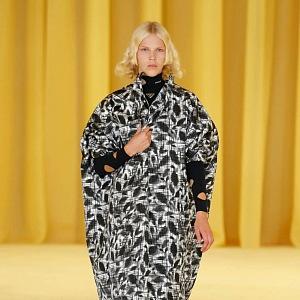 Žena v černobílém kabátě Prada SS2021