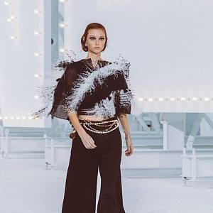 Žena v černobílém modelu Chanel SS2021