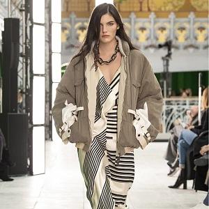 Žena v pruhovaných šatech Louis Vuitton SS2021