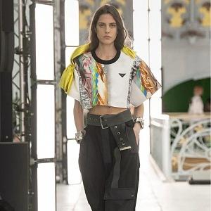 Žena v černých kalhotách a barevném topu Louis Vuitton SS2021