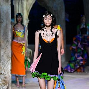 Žena v černých mini šatech Versace SS2021