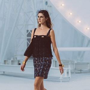 Žena v černých šatech Chanel SS2021