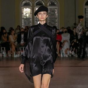 Žena v černých šatech Michaela Kováčika