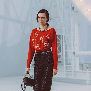 Žena v červeném topu a černé sukni Chanel SS2021