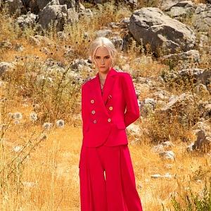 Žena v červených šatech Elie Saab SS2021