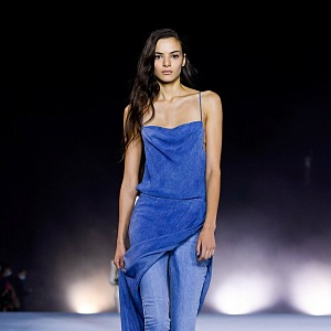 Žena v džínách a šatech Balmain SS2021