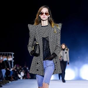 Žena v džínách a topu s vycpanými rameny Balmain