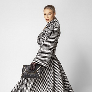 Žena v elegantním kabátě.