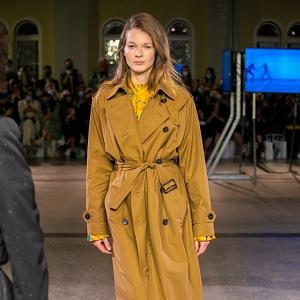 Žena v hnědém kabátu Pietro Filipi