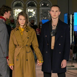 Žena v hnědém kabátu Pietro Filipi a muž v černém kabátu