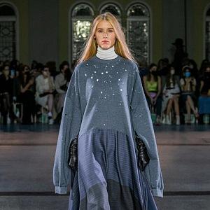 Žena v kombinovaném outfitu od Jakuba Polanky