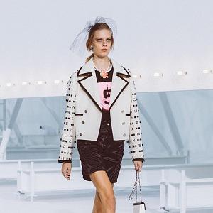 Žena v kostýmku Chanel SS2021