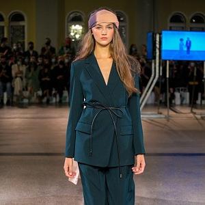 Žena v kostýmku Pietro Filipi