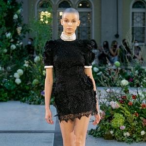 Žena v krátkých černých šatech od Jiřího Kalfaře
