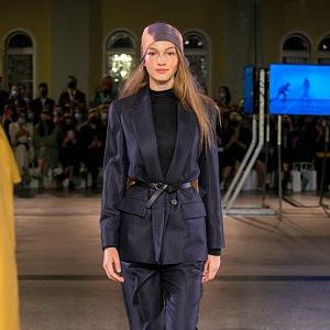 Žena v modrém kostýmku Pietro Filipi