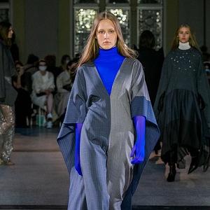 Žena v modrém outfitu od Jakuba Polanky