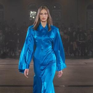 Žena v modrém outfitu od Zoltána Tótha