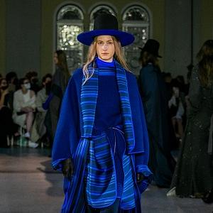 Žena v modro-pruhovaném outfitu od Jakuba Polanky