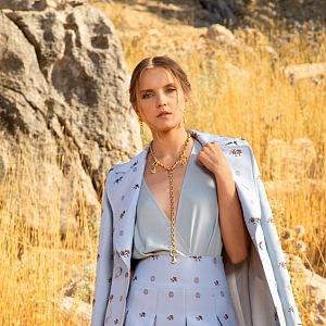 Žena v modrých šatech Elie Saab SS2021