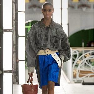 Žena v modrých šortkách a šedém topu Louis Vuitton SS2021