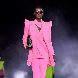 Žena v neonovém modelu Balmain SS2021