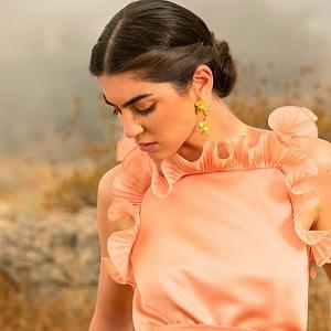Žena v oranžových šatech Elie Saab SS2021